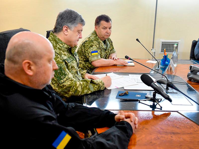 Президент Украины Петр Порошенко в понедельник официально объявил о завершении так называемой антитеррористической операции (АТО) в Донбассе и начале в регионе операции объединенных сил (ООС). Командование переходит к руководству Вооруженных сил Украины