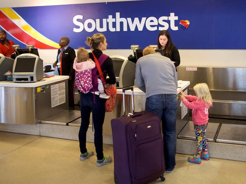 """В Филадельфии из-за отказа двигателя совершил экстренную посадку самолет Southwest Airlines: один человек погиб"""" />"""