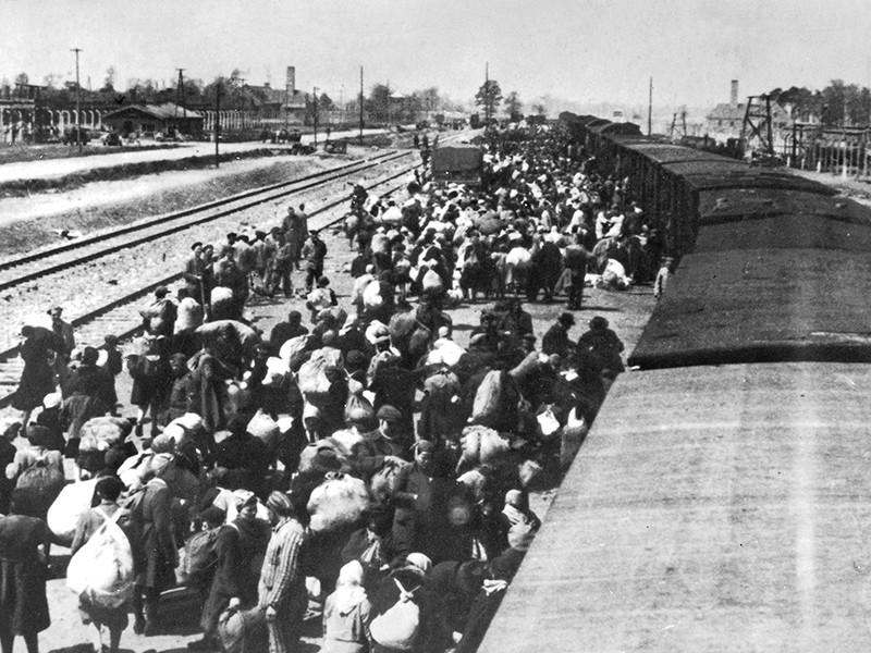 Прокуратура Штутгарта предъявила обвинение в причастности к убийству более 13 тысяч человек 94-летнему бывшему охраннику нацистского концлагеря Аушвиц-Биркенау (Освенцим), имя которого на данный момент не раскрывается