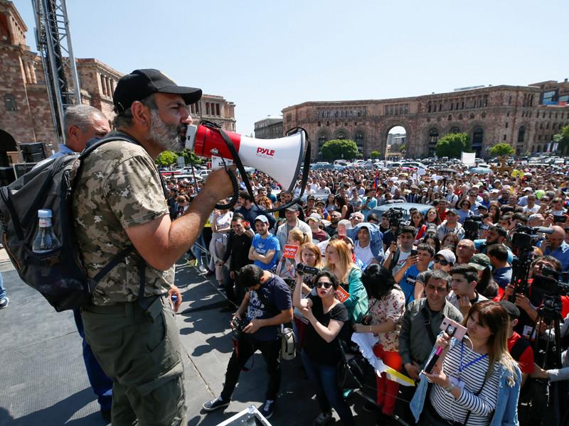 """Президент Армении заявил, что теперь живет в стране мечты. А лидер оппозиции созвал  новый большой митинг"""" />"""