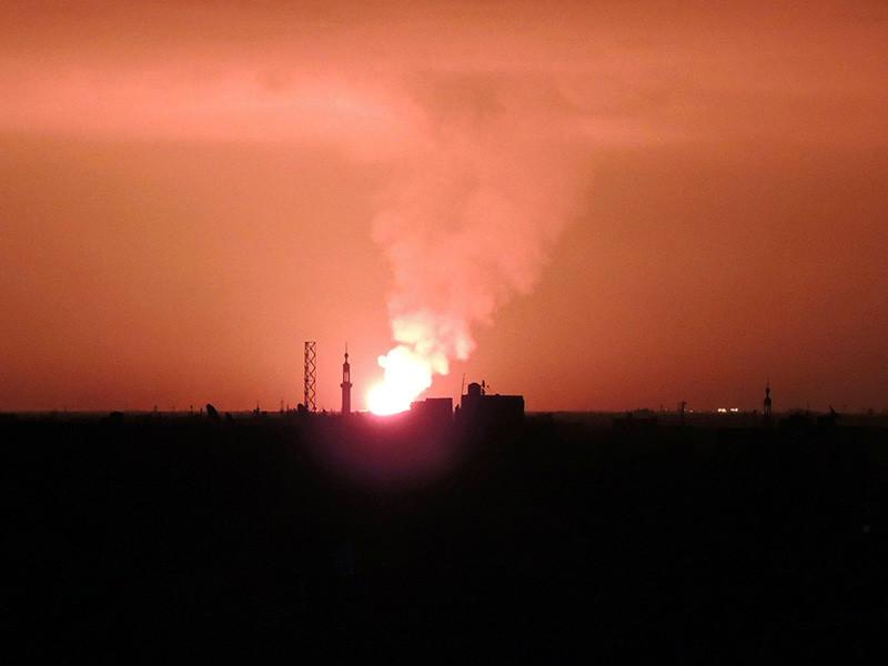 По военному аэродрому Т-4 (Тайфур) в сирийской провинции Хомс в понедельник, 9 апреля, нанесен массированный ракетный удар. Как сообщает агентство SANA cо ссылкой на военный источник, в результате атаки есть погибшие и раненые военнослужащие