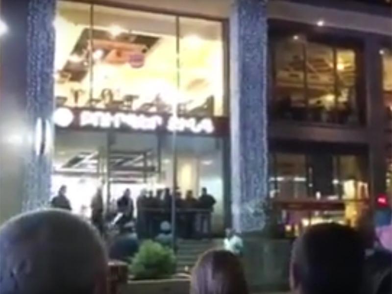 В посольстве РФ в Армении сообщили о том, что в результате взрыва в ресторане быстрого питания Burger King, расположенном на Северном проспекте Еревана, пострадали трое несовершеннолетних россиян