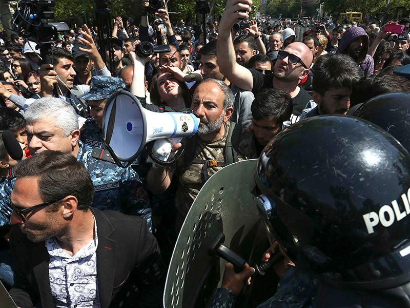 """В Армении продолжаются протесты оппозиции. США """"воодушевлены, обеспокоены"""" и призывают к сдержанности"""" />"""