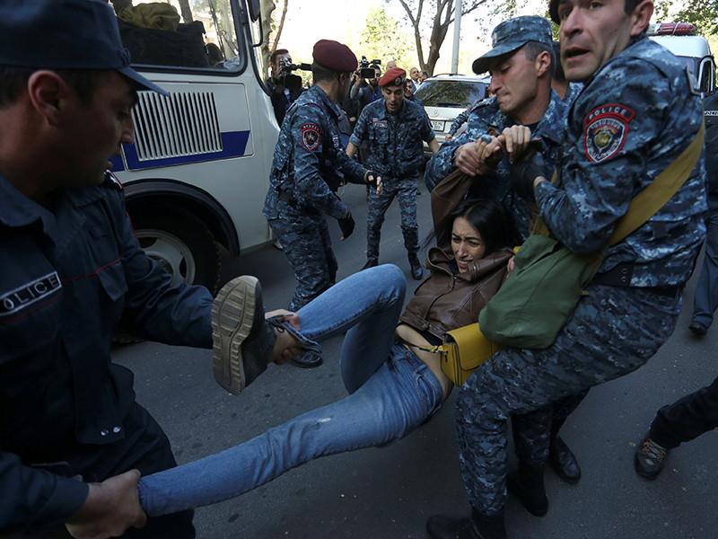 """Протесты оппозиции в Ереване: полиция расчищает территорию рядом со зданиями правительства в преддверии первого заседания Саргсяна"""" />"""