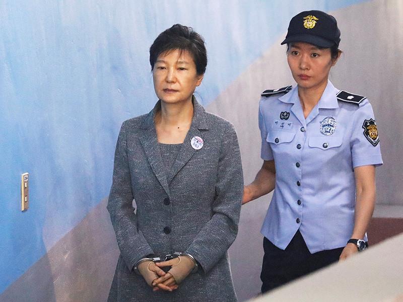 Центральный окружной суд Сеула в пятницу, 6 апреля, приговорил бывшего президента Южной Кореи Пак Кын Хе к 24 годам тюремного заключения за коррупцию и злоупотребление полномочиями