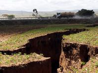 В Кении в земле появилась гигантская трещина. Колоритный разлом заставил журналистов писать о том, что он раскалывает Африку надвое