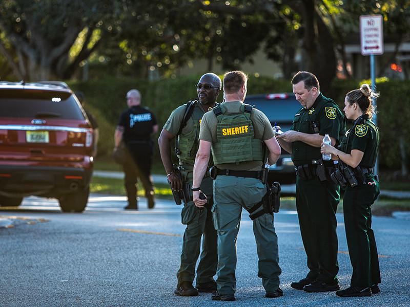 В американском городе Дорал (штат Флорида) 42-летний местный житель Джонатан Одди открыл стрельбу на территории гольф-клуба, принадлежащего президенту США Дональда Трампа