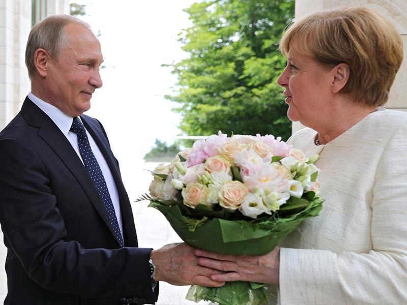 Президент РФ перед началом встречи с канцлером Германии Ангелой Меркель в Сочи 18 мая преподнес ей букет роз. Германский таблоид Bild расценил этот поступок российского лидера как оскорбление для Меркель