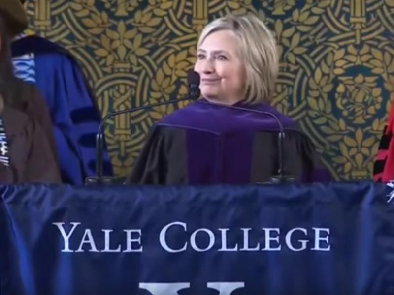 """Хиллари Клинтон пришла на вручение дипломов в Йельском университете с шапкой-ушанкой"""" />"""