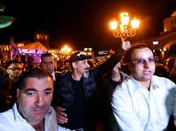 Рок-музыкант Серж Танкян (в центре) на площади Республики в Ереване