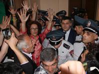 Демонстранты, борющиеся с вырубкой деревьев в парке неподалеку от мэрии Еревана, накануне ворвались в здание мэрии и потребовали встречи с Маргаряном