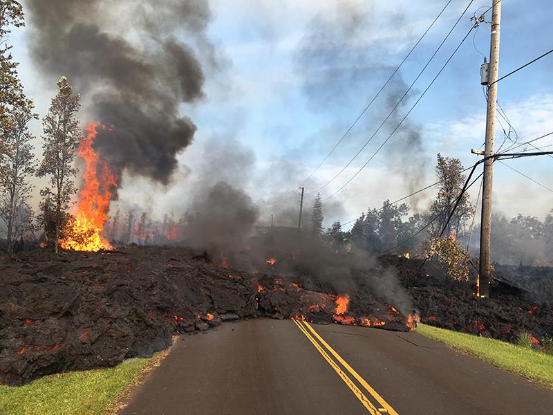 На Гавайях продолжает извергаться вулкан Килауэа - потоки лавы уничтожили десятки домов