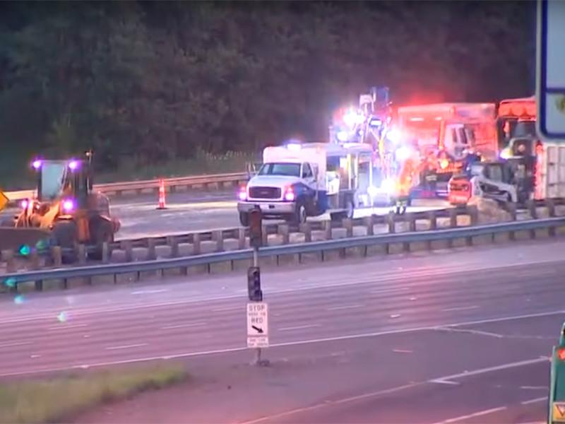 В США опрокинувшийся трейлер рассыпал по шоссе 18 тонн куриных перьев