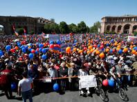 Сотни людей с раннего утра собираются на площади Республики в центре Еревана, где пройдет прямая трансляция специального заседания парламента