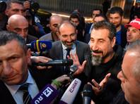 Солист System of a Down прилетел в Ереван и вместе с лидером оппозиции выступил перед народом на площади Республики