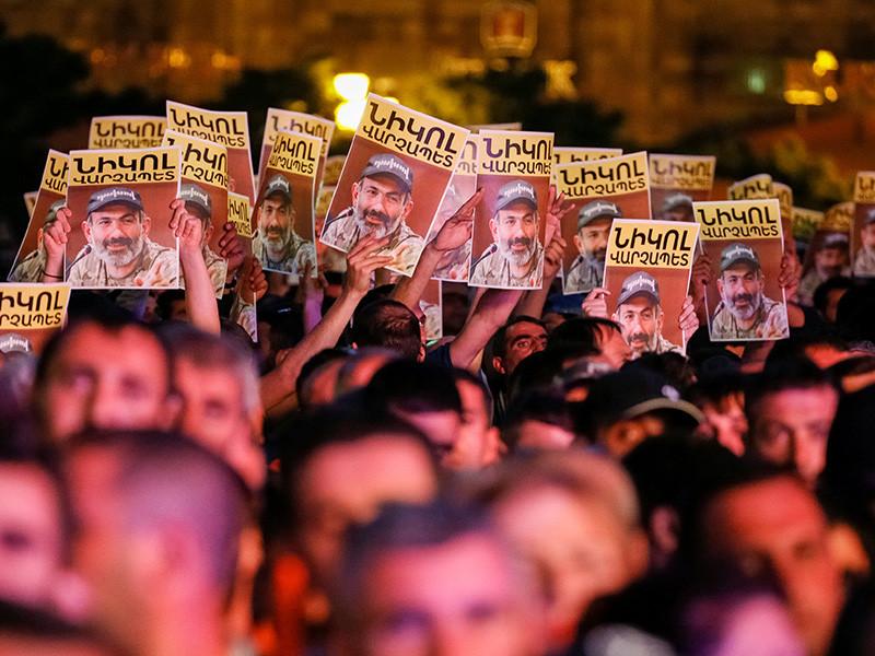Рано утром 2 мая в Армении продолжились массовые протесты против правящей Республиканской партии, которая накануне отказалась проголосовать за кандидатуру лидера протестов Никола Пашиняна на пост премьер-министра страны