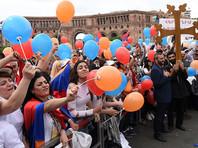 Утром во вторник массовый митинг в поддержку кандидатуры Пашиняна начался в центре Еревана. На площадь Республики пришли несколько тысяч человек