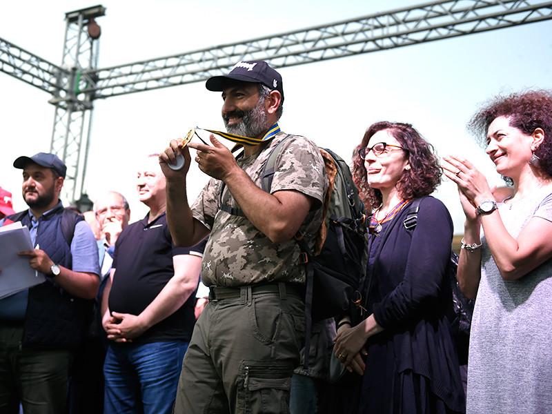 Лидер оппозиции в Армении Никол Пашинян (в центре на первом плане) на вечернем митинге своих сторонников на площади Республики в Ереване во время возобновившихся акций протеста после неудачной попытки избрания накануне премьер-министра страны