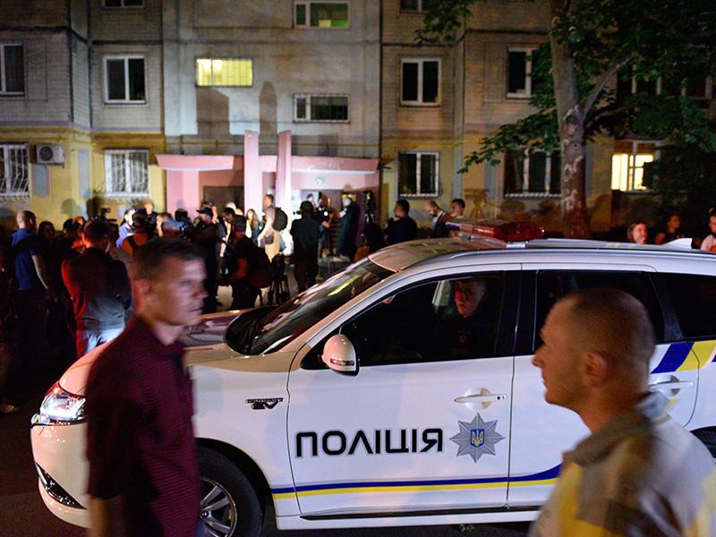 Полиция Киева считает главной версией убийства журналиста Аркадия Бабченко, застреленного 29 мая в собственном доме в украинской столице, его профессиональную деятельность. Впрочем, выстраивать предположения пока слишком рано, признали стражи порядка