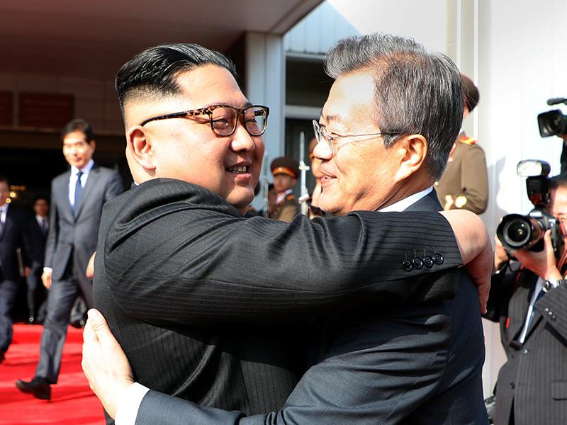 """Лидеры Северной и Южной Корей снова тепло встретились на границе"""" />"""