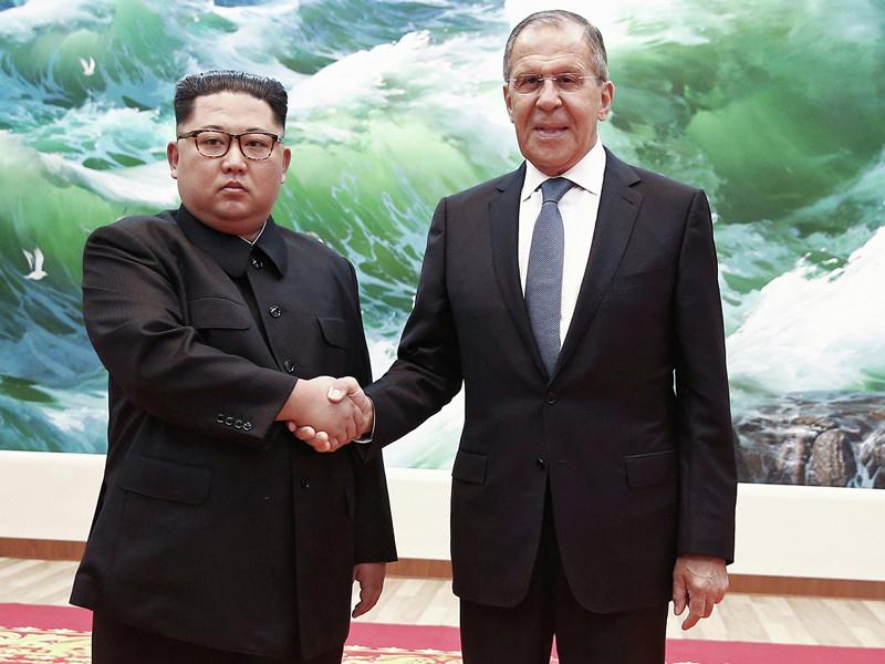 Глава МИД РФ Сергей Лавров, который прибыл в Пхеньян для переговоров с руководством КНДР, встретился с лидером республики Ким Чен Ыном