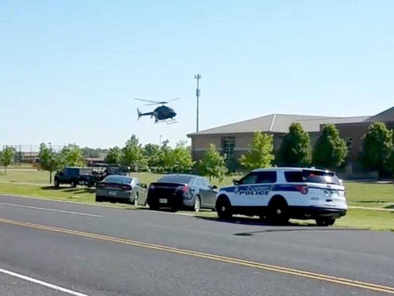 Учитель естествознания в средней школе американского города Ноблсвилл (штат Индиана) Джейсон Симен в пятницу предотвратил очередную бойню, сумев обезвредить школьника, вооруженного двумя пистолетами