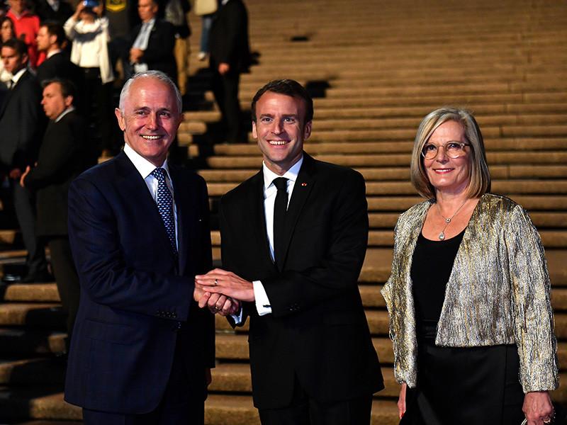 """Президент Франции Эммануэль Макрон назвал жену своего премьер-министра Австралии Малькольма Тернбулла Люси """"вкусной"""". Такой эпитет он ошибочно применил, обратившись к высокопоставленным супругам с благодарностью за гостеприимство"""