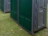 Cотрудникам Национальной аллеи приходилось пользоваться уборными в соседних зданиях или переносными туалетами, установленными на улице