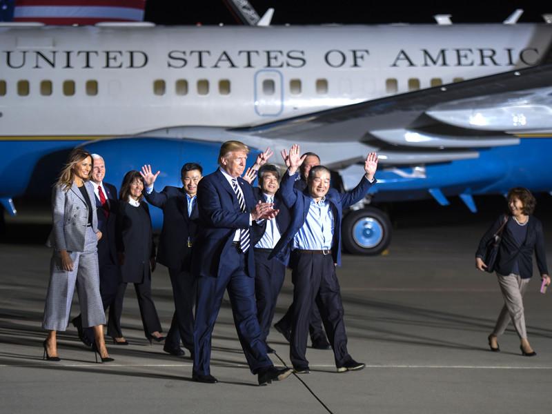 Президент США Дональд Трамп лично встретил и поприветствовал вернувшихся в страну трех американцев корейского происхождения, которые были освобождены из заключения в КНДР в ходе визита госсекретаря Майка Помпео в Пхеньян