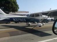 Девушка - пилот впечатлила полицию в Калифорнии безупречной посадкой самолета на шоссе (ВИДЕО)