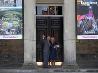 В Великобритании принц Уэльский Чарльз и его супруга герцогиня Корнуольская Камилла посетили в пятницу Солсбери, где в начале марта было совершено покушение на убийство бывшего российского разведчика Сергея Скрипаля и его дочери