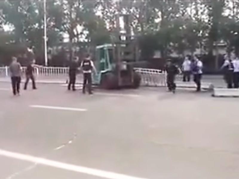 В Китае мужчина на автопогрузчике въехал в толпу: один человек погиб, более десяти ранены