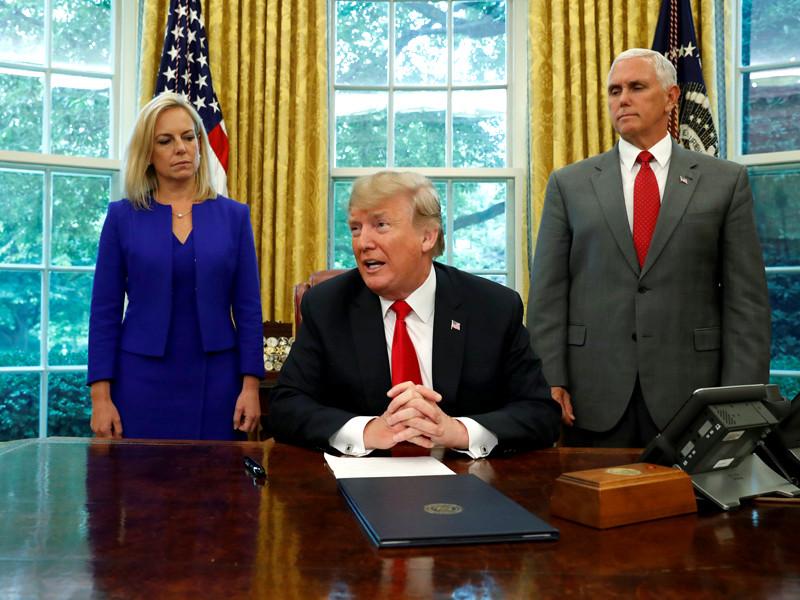 В среду президент США Дональд Трамп подписал указ, который положит конец процессу разделения семей нелегальных мигрантов на границе