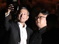 Улыбающийся Ким Чен Ын попозировал для селфи с сингапурскими министрами
