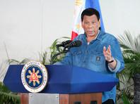 Президент Филиппин выпросил поцелуй у женщины в обмен на книгу о сексе в церкви (ВИДЕО)