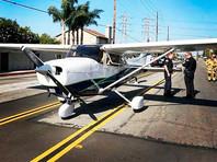 В американском штате Калифорния девушка продемонстрировала безупречное приземление самолета. Правда, в качестве посадочной полосы была использована проезжая часть. Аккуратностью начинающего пилота восхитились не только очевидцы, но даже сотрудники полиции, побывавшие на месте идеальной посадки