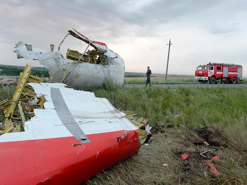 """Перед посольством  РФ в Гааге выставили  298  белых стульев в напоминание об ответственности за катастрофу  MH17"""" />"""