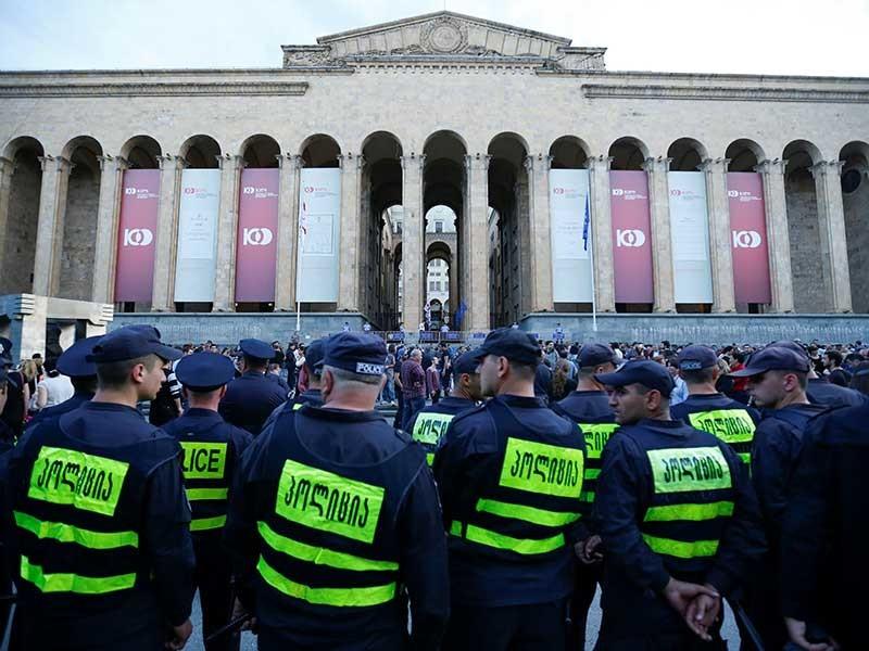 """В Грузии сотрудники полиции утром в понедельник, 11 июня, на площади перед парламентом в Тбилиси задержали трех участников начавшейся накануне акции протеста под требованием """"восстановления справедливости"""""""