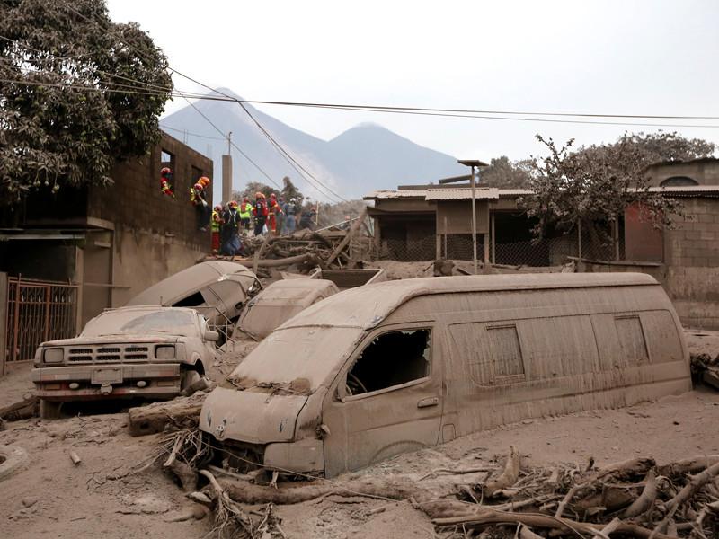 В латиноамериканском государстве Гватемала продолжается операция по поиску тел погибших в результате извержения вулкана Фуэго