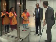 Премьер-министр Нидерландов Марк Рютте стал героем соцсетей после того, как по оплошности пролил кофе в здании парламента страны, а затем сам прибрал за собой