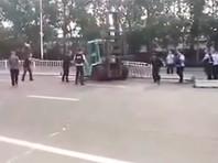 В Китае мужчина на автопогрузчике въехал в толпу: один человек погиб, более десяти ранены (ВИДЕО)