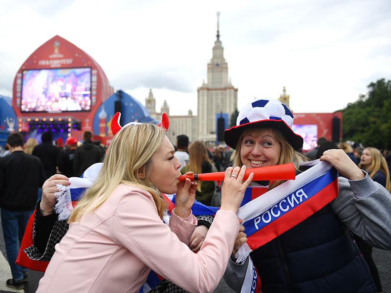 """""""Свой вклад могут внести и футбольные болельщики, если они покажут себя с лучшей стороны: как любознательные, миролюбивые и свободные от предрассудков соседи, с которыми у россиян намного больше общего, чем хотят думать люди вроде Владимира Путина"""", - говорится в статье, которую цитирует InoPressa"""