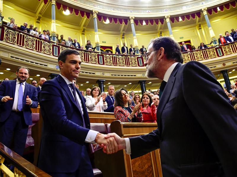 После голосования 63-летний лидер Народной Партии встал и пожал руку 46-летнему Санчесу, а затем молча покинул парламент
