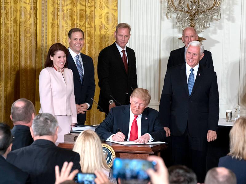 Президент США Дональд Трамп провел в понедельник совещание с руководителями Национального космического совета, на котором поручил разработать проект создания военно-космических сил