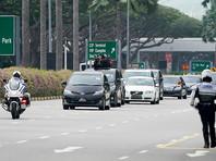 Также газета публикует фотографии движения кортежа Ким Чен Ына от аэропорта, предположительно, в сторону отеля класса люкс St Regis, в котором северокорейская делегация, как ожидается, остановится на время пребывания в Сингапуре