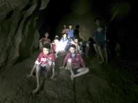 """После 10 дней """"пещерного"""" плена до школьников смогли добраться дайверы, однако состояние детей и отсутствие у них навыков водолазов не позволяли немедленно провести эвакуацию. Более того, никто из школьников не умеет плавать"""