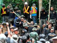 Спасатели вывели из пещеры в Таиланде первых двух школьников