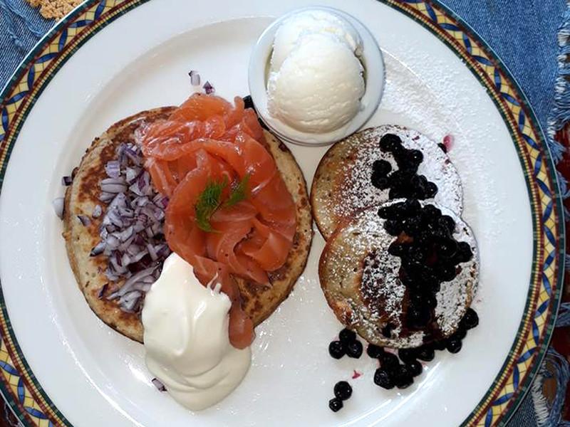 Кафе в Хельсинки придумало солено-сладкое блюдо из блинов в преддверии встречи Путина и Трампа