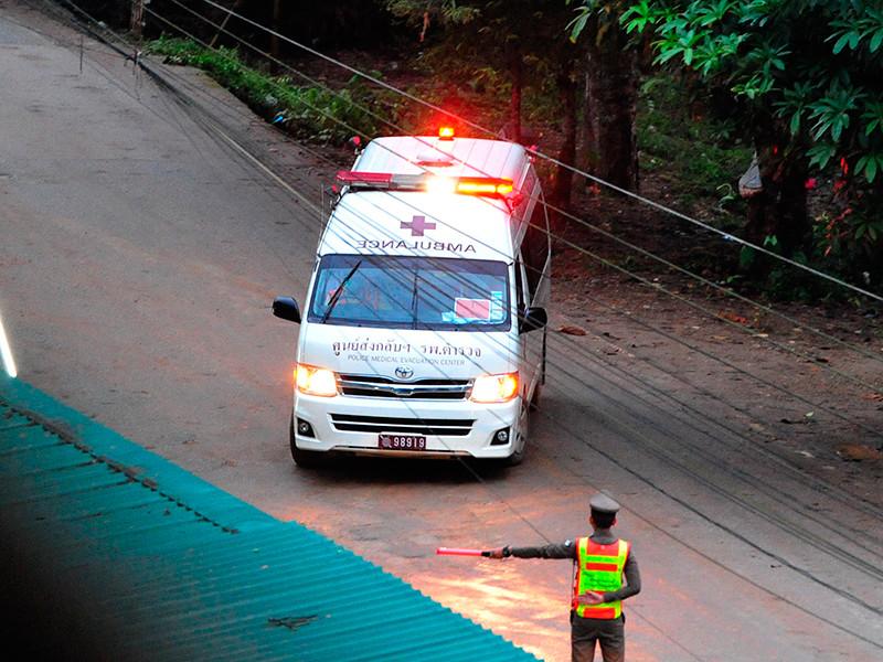 Машина скорой помощи уезжает с места проведения спасательной операции, 8 июля 2018 года