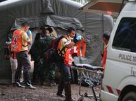 """По данным газеты Khaosod, как заявил бывший губернатор провинции Чианграй Наронгсак Осоттханакон, руководящий спасательной операцией, власти надеются, что спасателям удастся эвакуировать всех оставшихся """"подземных узников"""" уже во вторник, 10 июля"""